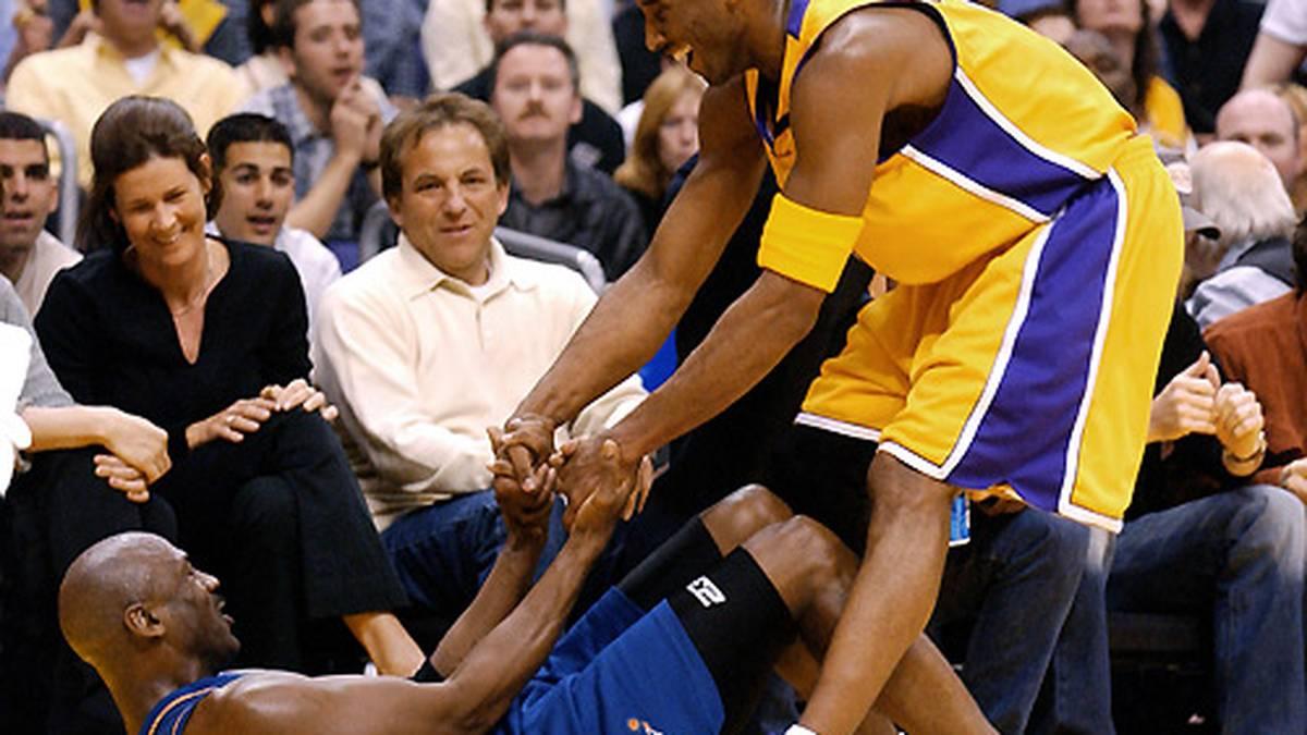 Bryant (r.) ist einer der Spieler, die den großen Mann als ihr Kindheitsidol bezeichnen. Entsprechend respektvoll gehen sie mit ihm um.