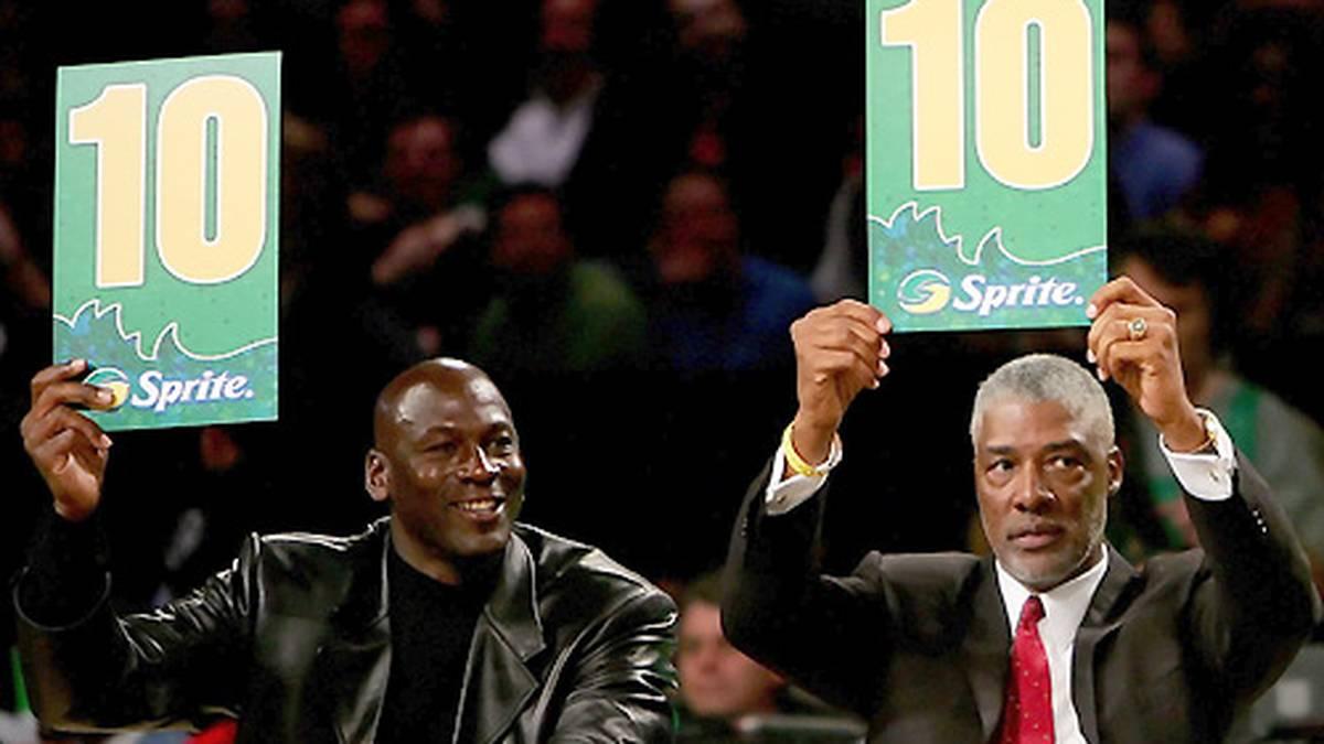 In den folgenden Jahren taucht Jordan hin und wieder bei NBA-Events auf . Mit Julius Erving (r.) lässt er sich als Punktrichter beim Slam Dunk Contest sehen.