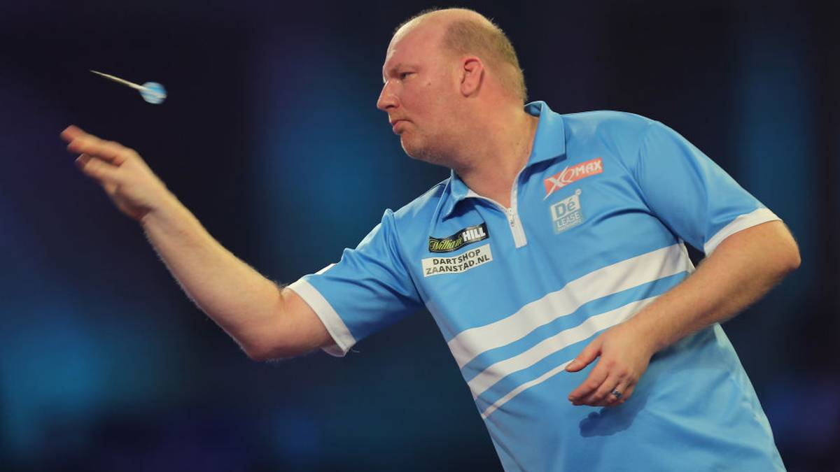 LONDON, ENGLAND - DECEMBER 16: Vincent van der Voort of The Netherlands in action during the First Round match between Vincent van der Voort and Keane Barry on Day 4 of the 2020 William Hill World Darts Championship at Alexandra Palace on December 16, 2019 in London, England. (Photo by James Chance/Getty Images)