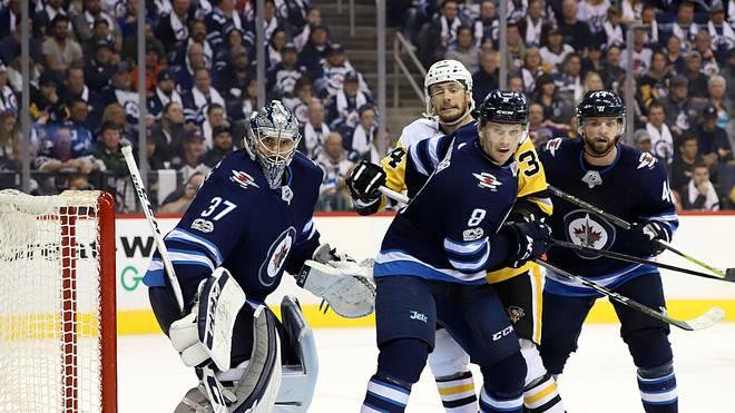 Tom Kühnhackl (in gelb) verliert mit den Pittsburgh Penguins gegen die Winnipeg Jets