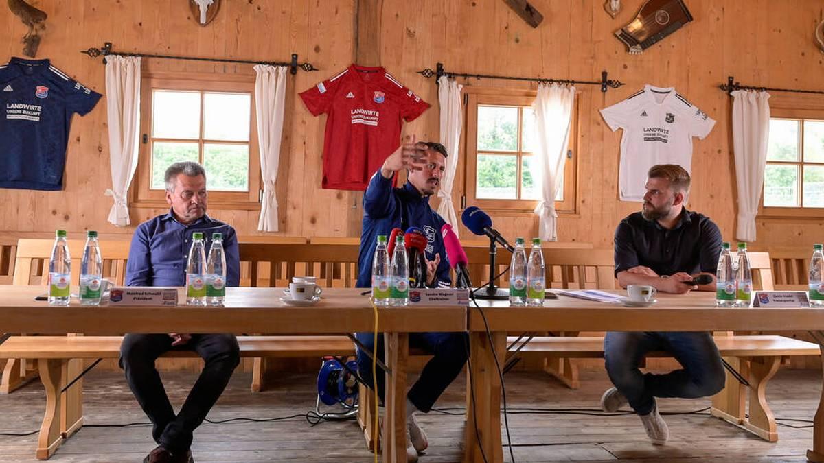 Präsident Manfred Schwabl (l.), Trainer Sandro Wagner und, Pressesprecher Quirin Friedel bei der Vorstellung in der Almhütte