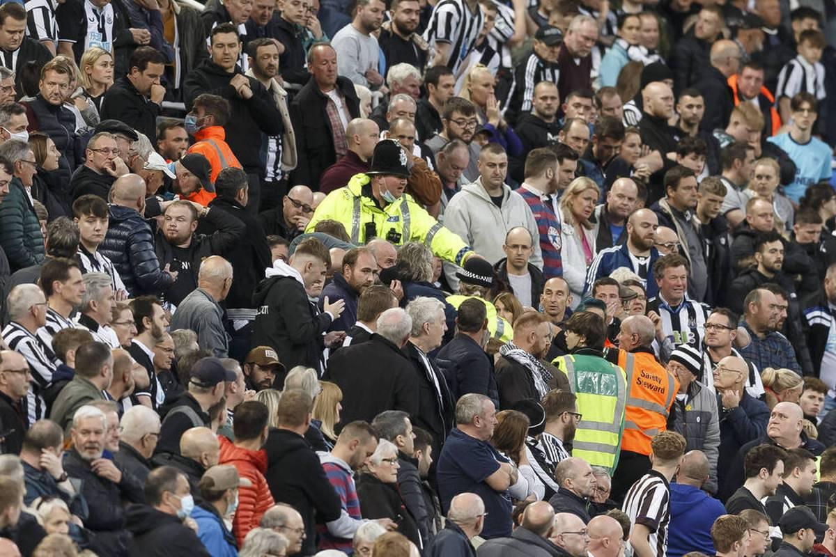 Beim Spiel von Newcastle United gegen Tottenham Hotspur erleidet ein Fan einen Herzstillstand. Ein Arzt, der zufällig in der Nähe ist, reagiert sofort.