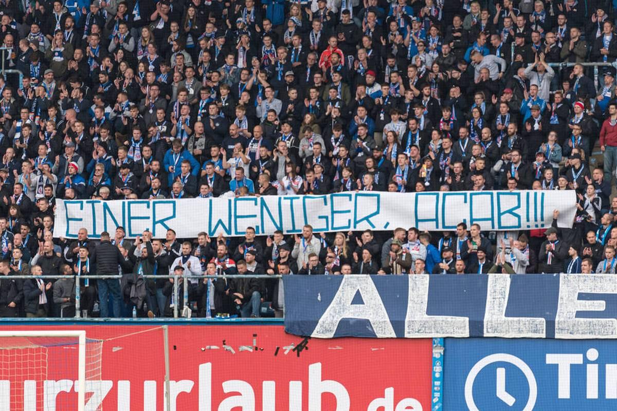 """Einige Fans von Hansa Rostock sorgen beim Spiel gegen Sandhausen für einen Eklat. Nach einer """"menschenverachtenden Hassbotschaft"""" werden Konsequenzen gefordert."""