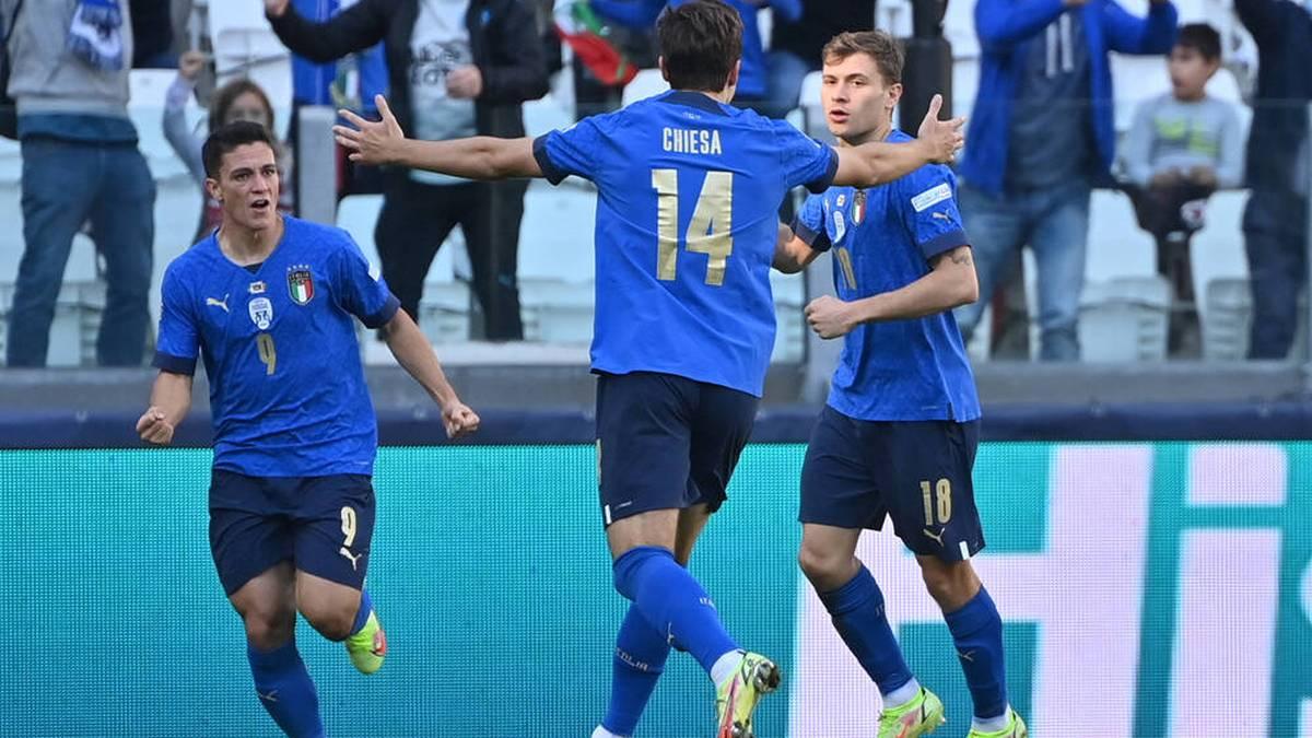 Die Italiener feiern das Tor von Nicolo Barella (R)
