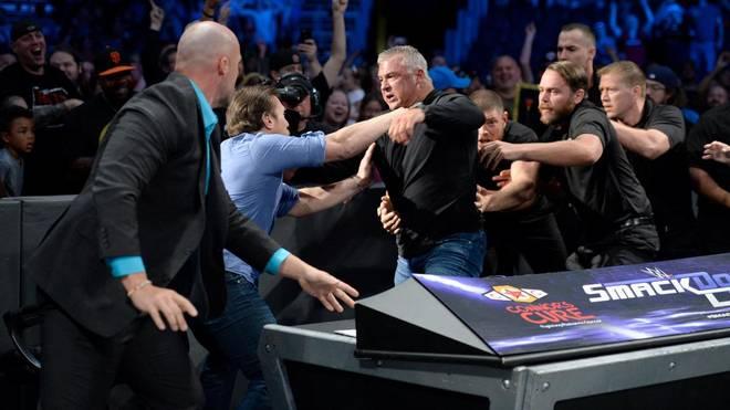 Shane McMahon (M.) prügelte bei WWE SmackDown Live auf Kevin Owens ein