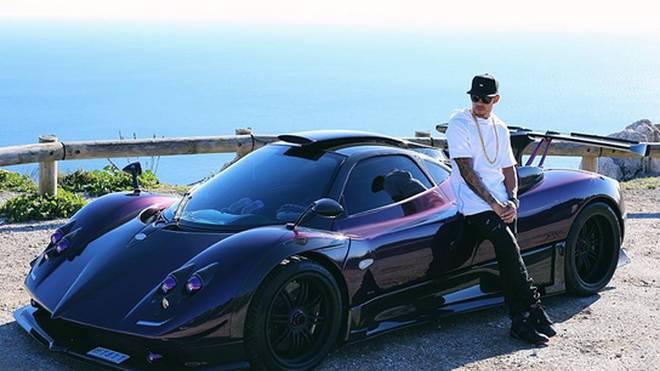 Lewis Hamilton mit Luxusauto