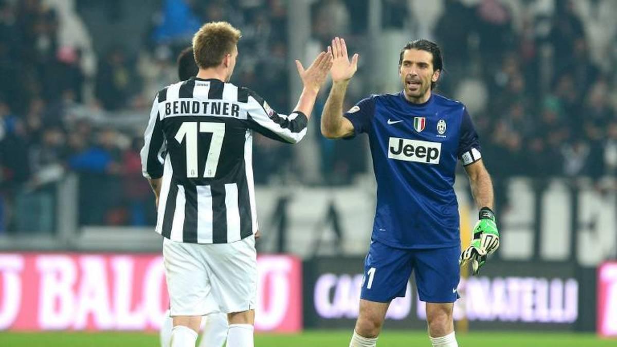 Auch Gianluigi Buffon (r.) traf Bendtner beim Rauchen und Kaffee trinken