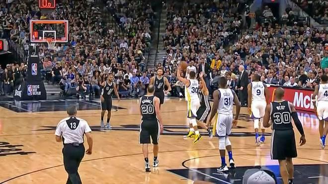 Drin, aber zu spät: Dieser Distanzwurf von Golden States Steph Curry im Topspiel bei den Spurs zählte nicht