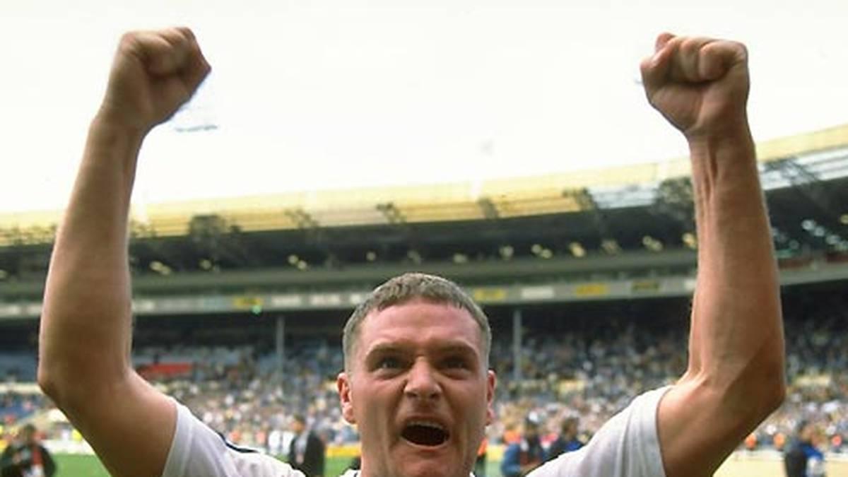 """Weil er mit den mittelmäßigen """"Magpies"""" aber nicht um die Teilnahme am Europacup mitspielen kann, entscheidet er sich für einen Wechsel nach Tottenham. Mit den Spurs gewinnt """"Gazza"""" 1990/91 den FA Cup im Wembleystadion. Nach dem Sieg gegen Arsenal im Halbfinale triumphiert Tottenham auch im Endspiel gegen Nottingham Forest"""