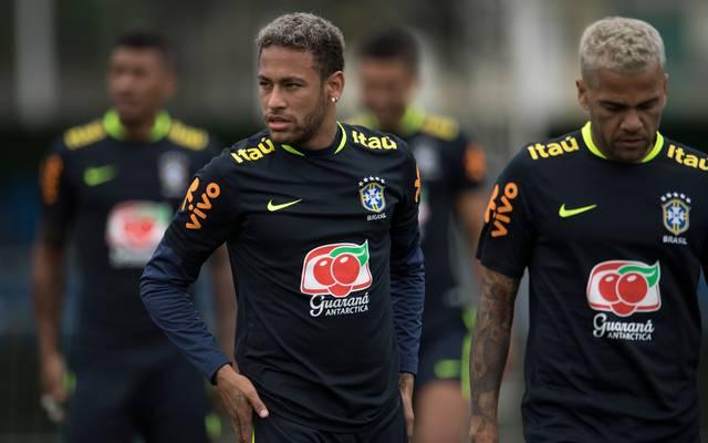 Dani Alves (r.) kann die Kritik an Neymar nicht verstehen