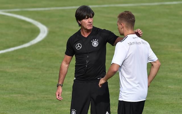 Bundestrainer Joachim Löw (links) in Diskussion mit Joshua Kimmich