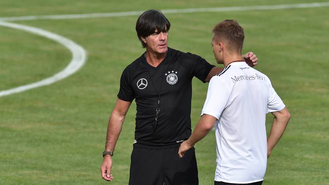 Bundestrainer Joachim Löw (links) in Diskussion mit Joshua Kimmich