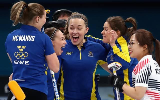 Die Schwedinnen um Skip Anna Hasselborg bejubeln den Finalsieg über Südkorea
