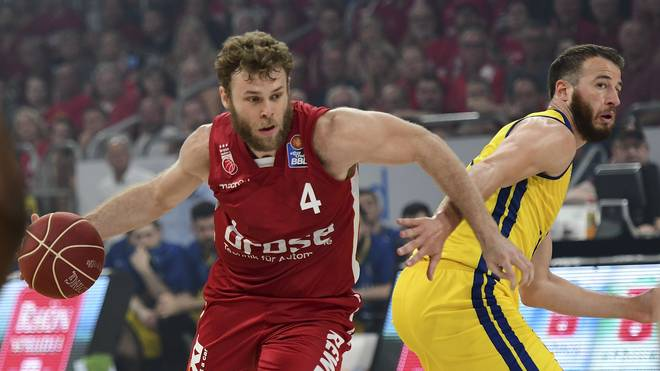 Basketball: Philipp Schwethelm verlängert bei EWE Baskets Oldenburg , Philipp Schwethelm (rechts) bleibt in Oldenburg