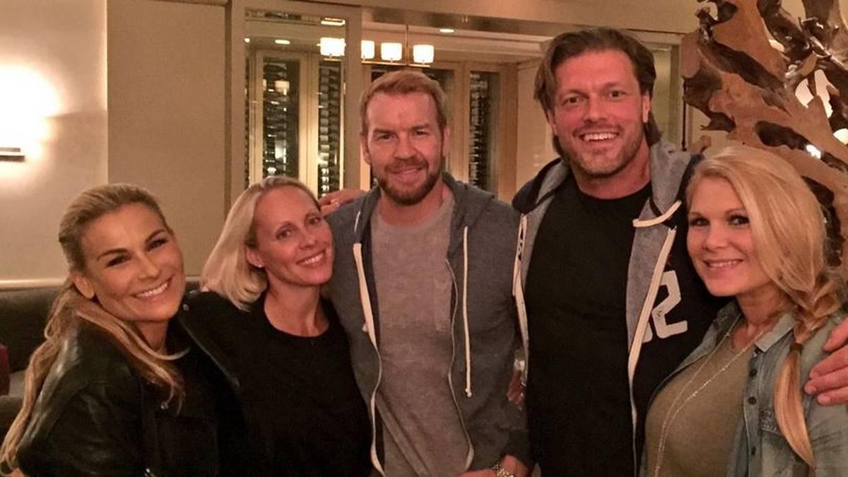 Christian mit Ehefrau Denise (2.v.l.), Edge mit Gattin Beth Phoenix (r.) und Freundin Natalya (l.)