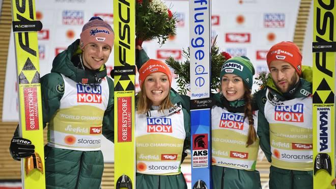 SKI-NORDIC-COMBINED-MIXED-TEAM-PODIUM Karl Geiger, Katharina Althaus, Markus Eisenbichler und Juliane Seyfarth feiern ihren Triumph im Team-Mixed