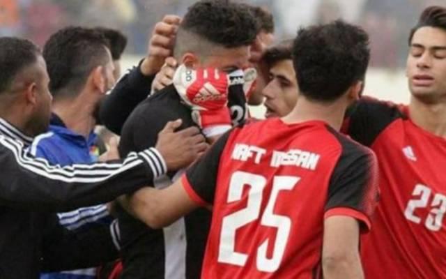 Nach dem Spiel wird Alaa Ahmed von seinen Teamkollegen getröstet
