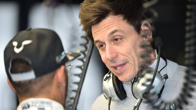 Mercedes-Motorsportchef Toto Wolff diskutiert mit Lewes Hamilton