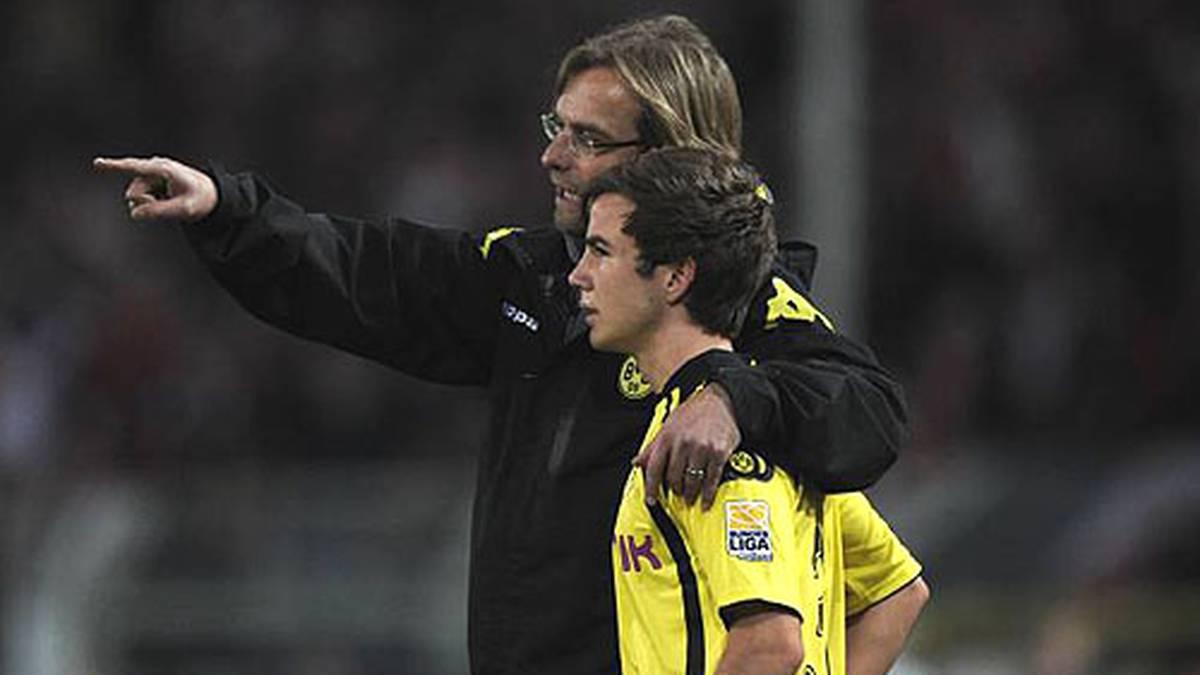 BVB-Trainer Jürgen Klopp wirft den Youngster früh ins kalte Wasser. Götze ist 17 Jahre und fünf Monate alt, als er gegen Mainz 05 ein Zwei-Minuten-Debüt feiert. In der Saison 2009/10 kommt er insgesamt auf fünf Kurzeinsätze