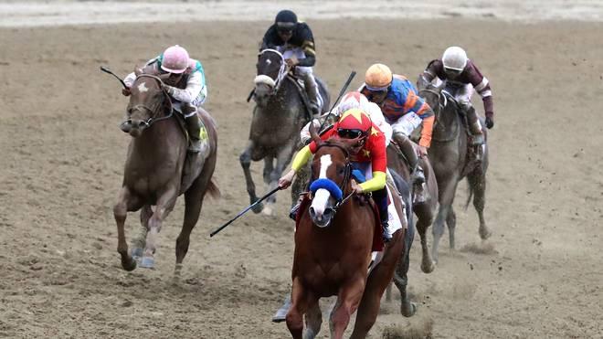 Jockey Mike Smith holt mit seinem Pferd Justify den Titel