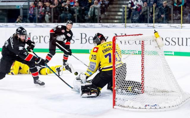 Die Nürnberg Ice Tigers (schwarz) sind wieder Tabellenführer der DEL