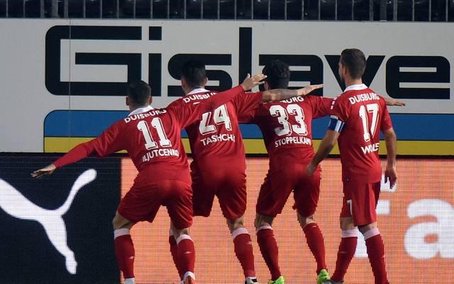 Die Spieler des MSV Duisburg feiern nach dem frühen Tor in Sandhausen