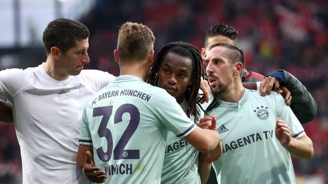 Renato Sanches (M.) gewann vor dem Münchner 2:1 in Mainz den entscheidenden Zweikampf gegen Danny Latza