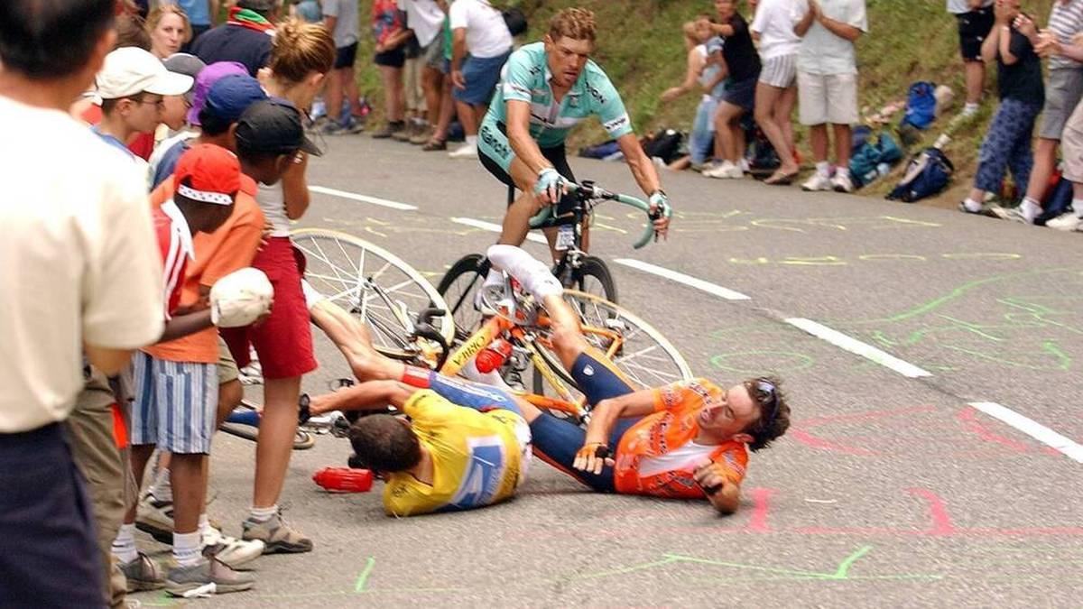 Lance Armstrong (l.) und Iban Mayo stürzen am Anstieg nach Luz Ardiden, Jan Ullrich kann gerade noch ausweichen
