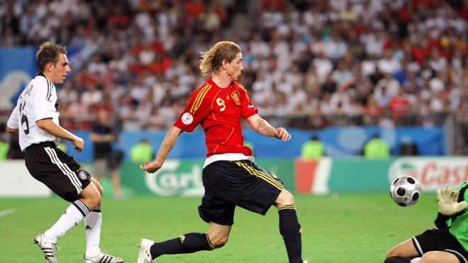 Spanish forward Fernando Torres (C) scor