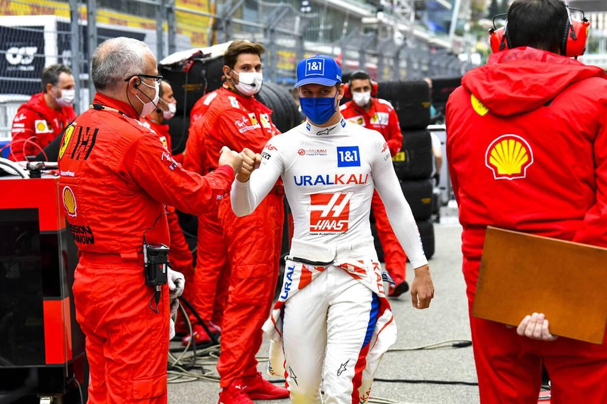 Mick Schumacher fährt auch 2022 noch für Haas, doch der Formel-1-Star hat das Fernziel Ferrari weiter im Kopf.