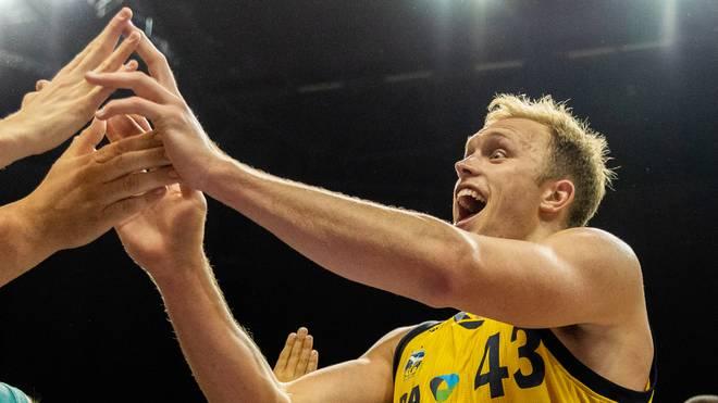 Luke Sikma feierte mit den ALBA-Fans den klaren Sieg gegen Ulm