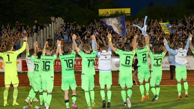 Die Spieler des TSV 1860 München feiern mit ihren Fans den Sieg in Illertissen