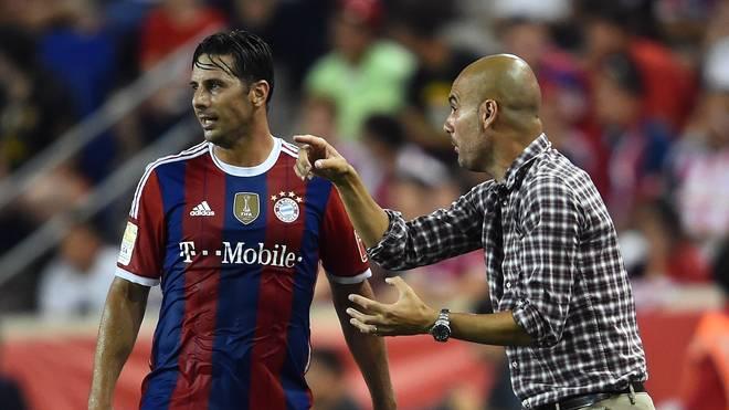 Pep Guardiola (r.) gibt Claudio Pizarro Anweisungen