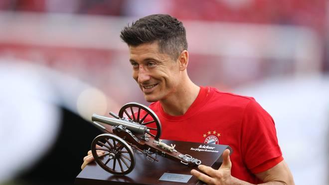 Robert Lewandowski freut sich über seine vierte Torjäger-Kanone