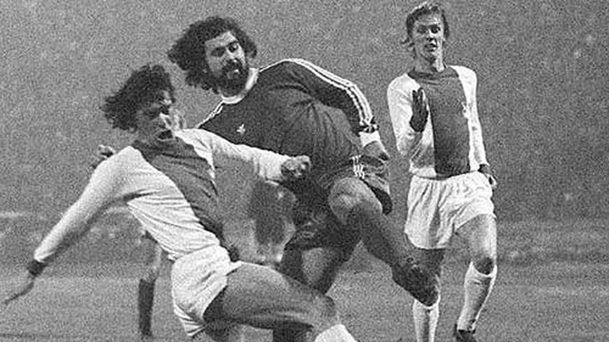 Die Haare sind noch lang, die Hosen kurz und die Bärte zottelig, als der FC Bayern 1974/'75 den FC Magdeburg aus dem Landesmeisterpokal wirft. Magdeburgs Wolfgang Abraham (l.) klärt hier vor Gerd Müller