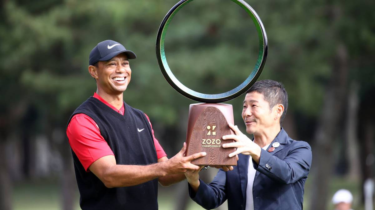 INZAI, JAPAN - OCTOBER 28: Tiger Woods (L) of the United States receives the trophy from the Zozo founder Yusaku Maezawa (R) at the award ceremony following the final round of the Zozo Championship at Accordia Golf Narashino Country Club on October 28, 2019 in Inzai, Chiba, Japan. (Photo by Chung Sung-Jun/Getty Images)
