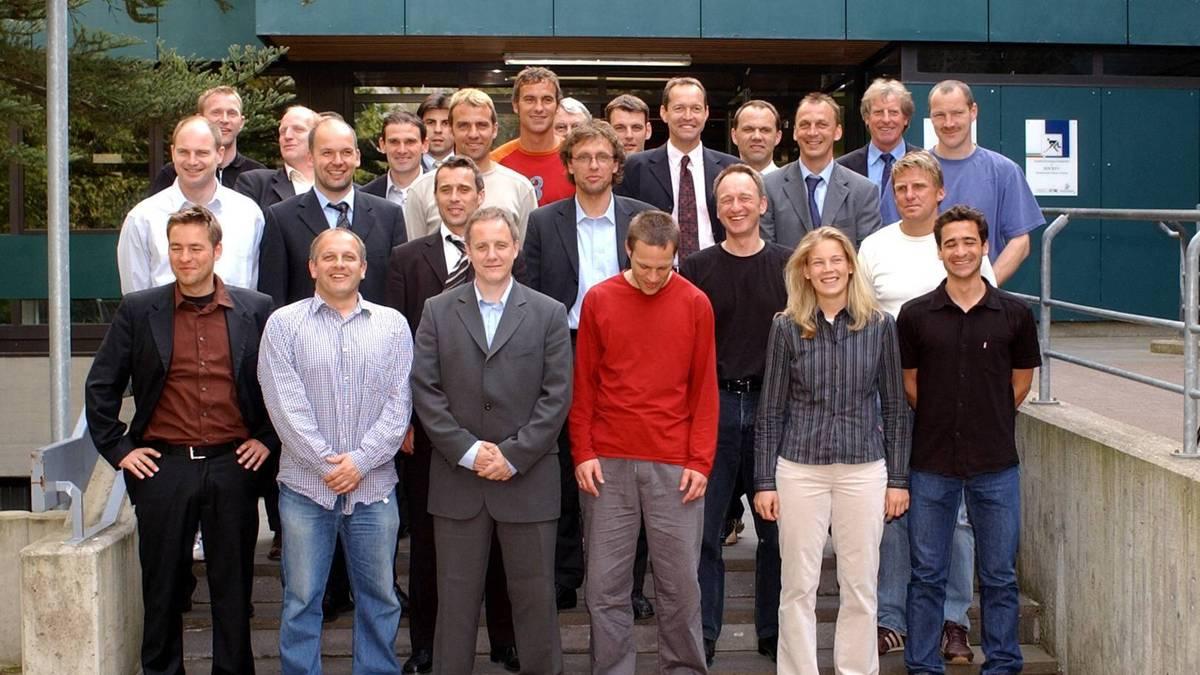 Hansi Flick (3. Reihe, Mitte) war 2003 Teil des DFB-Trainerlehrgangs von Erich Rutemöller (hinten, 2.v.r.)