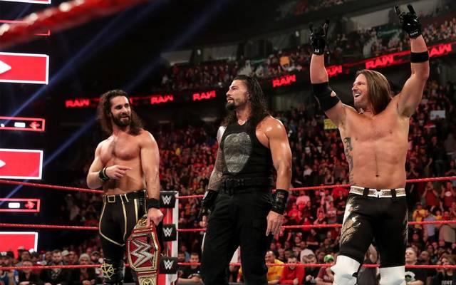 AJ Styles (r., mit Universal Champion Seth Rollins, l., und Roman Reigns) wechselt von WWE SmackDown zu RAW
