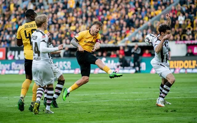 Diese Szene erhitzte die Gemüter der Fans des FC St. Pauli. Schiedsrichter Robert Kempter pfiff Elfmeter für Dresden