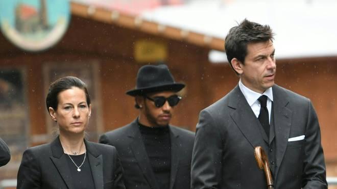 Die Ehefrau von Niki Lauda, Birgit Lauda, wurde von Lewis Hamilton und Toto Wolff in die Kirche begleitet