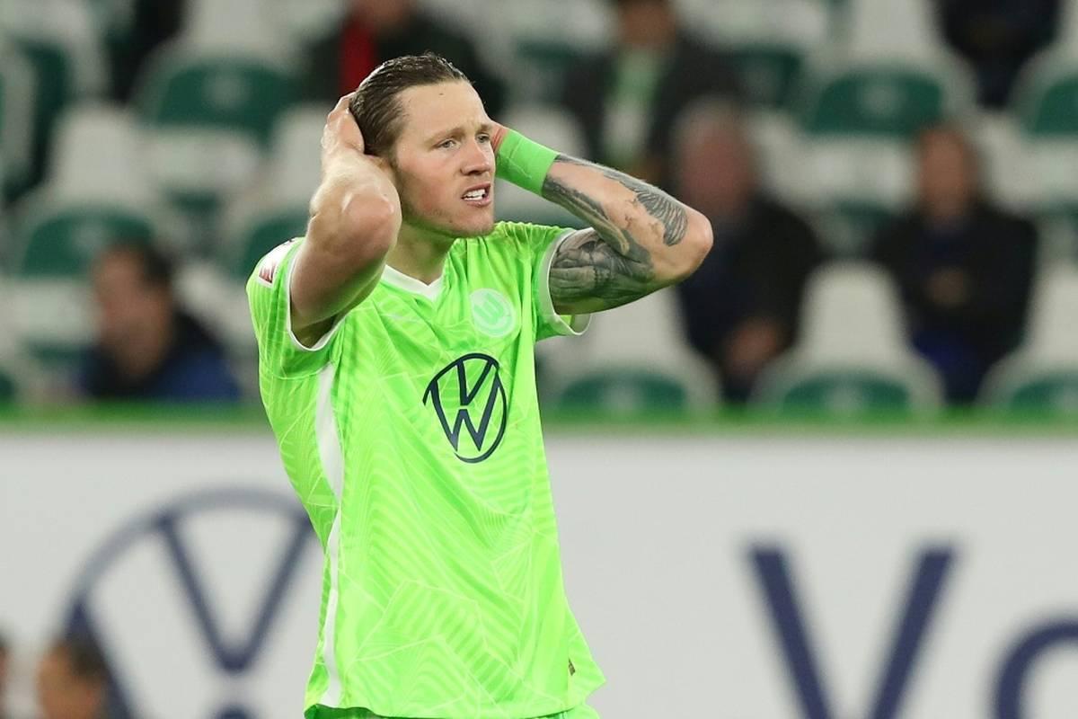 Vor wenigen Monaten fiel Wout Weghorst mit verharmlosenden Aussagen zum Corona-Virus auf. Nun hat es den Stürmer vom VfL Wolfsburg selbst erwischt.