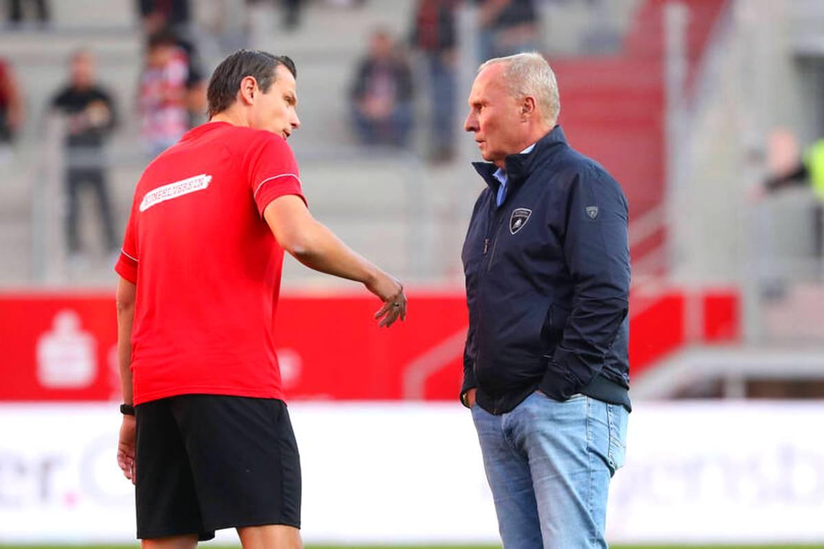 Trainer-Legende Peter Neururer redet sich im Doppelpass 2. Bundesliga auf SPORT1  in Rage, als er auf  Aue-Präsident Helge Leonhardt angesprochen wird. Dieser solle sich dringend einmal selbst hinterfragen.