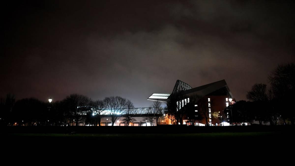 Das Anfield Stadion in Liverpool bei Nacht