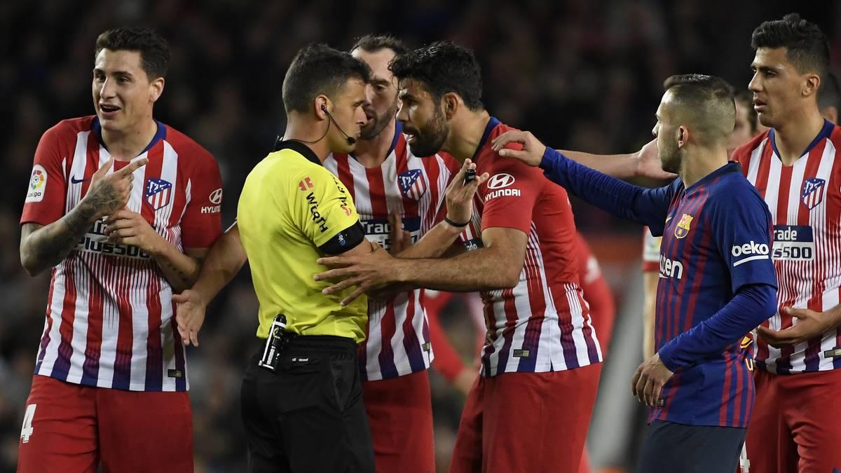 La Liga: Diego Costa von Atletico Madrid nach Ausraster gegen Barcelona gesperrt, Atleticos Diego Costa (Mitte) im direkten Austausch mit Schiedsrichter Gil Manzano