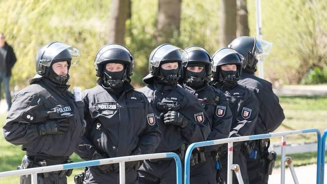 Die Polizei in Bremen setzte Schlagstöcke und Pfefferspray ein
