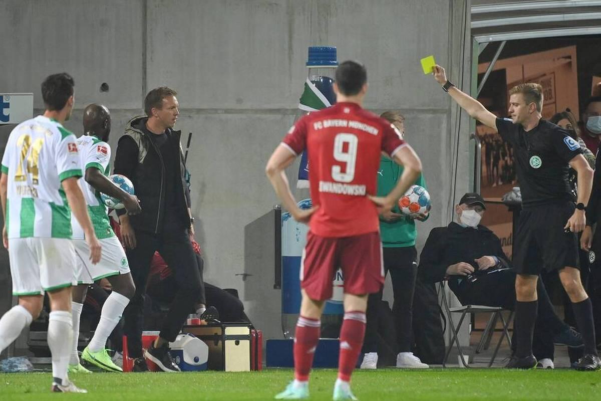 Auch von der SpVgg Greuther Fürth lässt sich der FC Bayern und feiern einen klaren Sieg. Allerdings sieht Benjamin Pavard Rot. Julian Nagelsmann tobt und wird verwarnt.