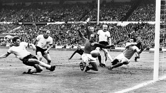 Wolfgang Weber (l.) erzielte im WM-Finale 1966 das 2:2 gegen Gastgeber England