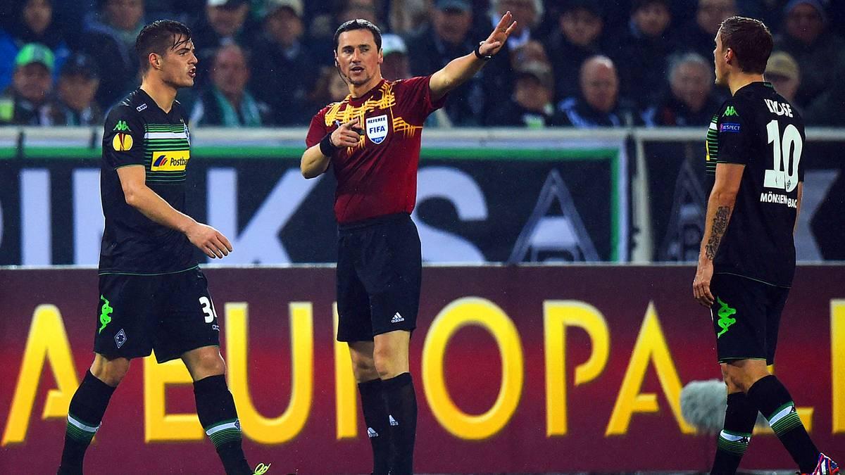 Granit Xhaka von Borussia Mönchengladbach wird vom Schiedsrichter vom Platz geschickt