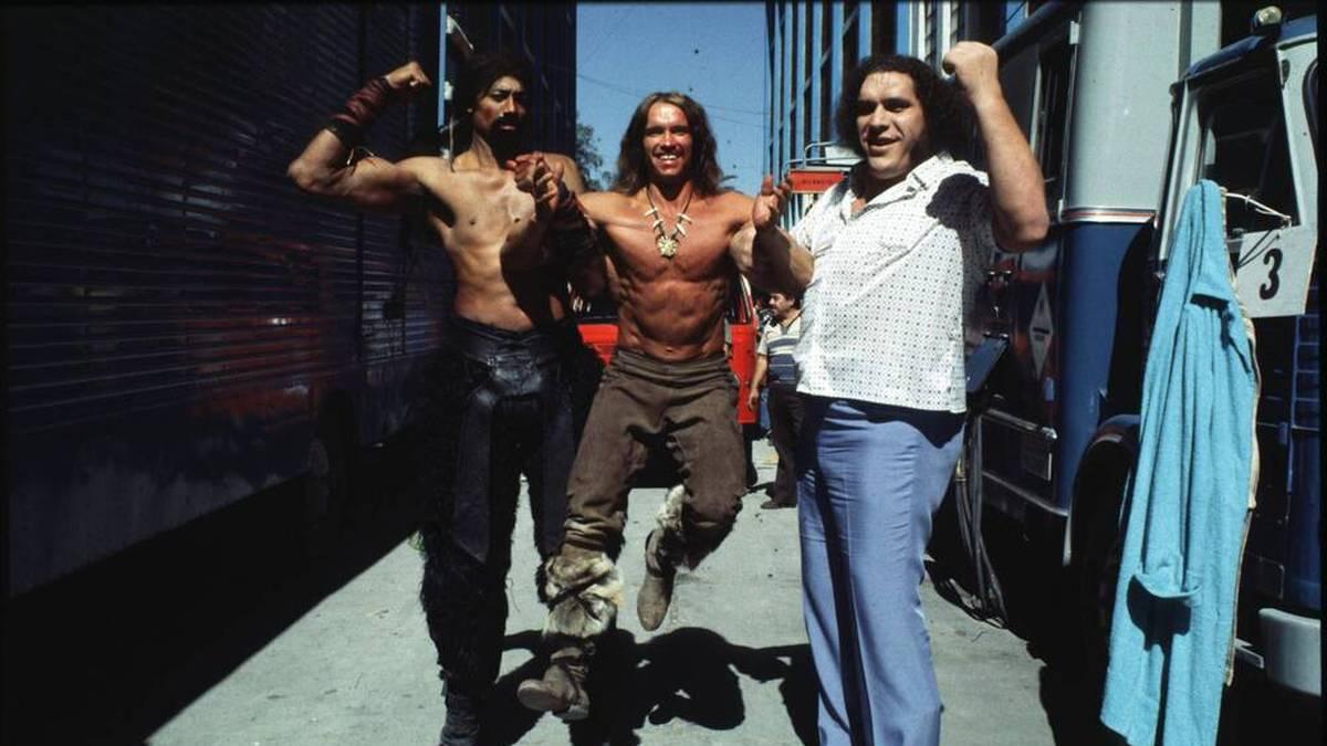 Wilt Chamberlain, Arnold Schwarzenegger und André the Giant am Conan-Set