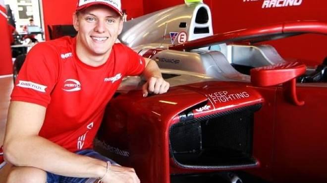 Mick Schumacher und sein neues Sportgerät für die Formel 2